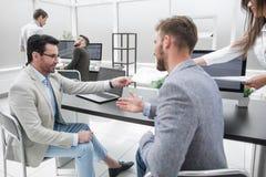 2 бизнесмена говоря в офисе банка Стоковая Фотография RF