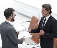 2 бизнесмена говоря в офисе Стоковые Фото