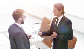 2 бизнесмена говоря в офисе Стоковое Фото