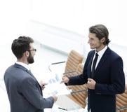 2 бизнесмена говоря в офисе Стоковое Изображение RF