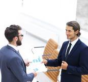 2 бизнесмена говоря в офисе Стоковое фото RF