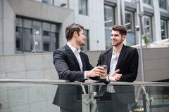 2 бизнесмена говоря и выпивая кофе в городе Стоковые Фотографии RF