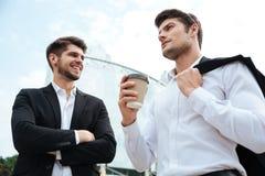 2 бизнесмена говоря и выпивая кофе outdoors Стоковое фото RF