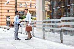 2 бизнесмена говоря и смотря документы Стоковое Изображение RF