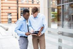 2 бизнесмена говоря и смотря документы Стоковое фото RF