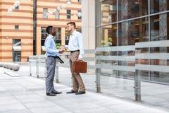 2 бизнесмена говоря и смотря документы Стоковые Фото