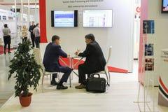 2 бизнесмена говоря на таблице Стоковые Изображения RF