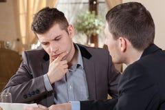 2 бизнесмена говоря о предложении Стоковые Изображения RF