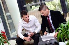 2 бизнесмена говоря о проекте Стоковые Изображения