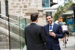 2 бизнесмена говоря outdoors Стоковое Фото