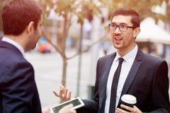 2 бизнесмена говоря outdoors Стоковые Изображения RF