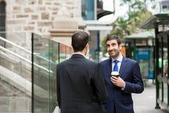 2 бизнесмена говоря outdoors Стоковые Фотографии RF