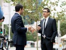 2 бизнесмена говоря outdoors Стоковые Фото