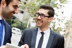 2 бизнесмена говоря outdoors Стоковые Изображения