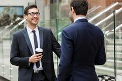 2 бизнесмена говоря outdoors Стоковое Изображение RF