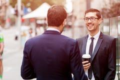 2 бизнесмена говоря outdoors Стоковая Фотография RF