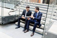2 бизнесмена говоря outdoors Стоковая Фотография