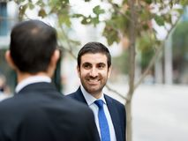 2 бизнесмена говоря outdoors Стоковое Изображение