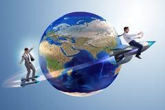 2 бизнесмена гоня вокруг глобуса Стоковое Фото