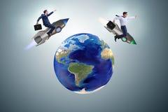 2 бизнесмена гоня вокруг глобуса Стоковое Изображение