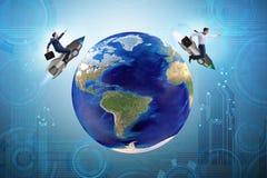 2 бизнесмена гоня вокруг глобуса Стоковые Изображения