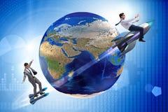 2 бизнесмена гоня вокруг глобуса Стоковые Изображения RF