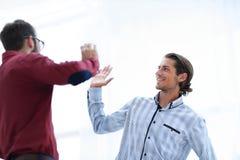 2 бизнесмена давая одину другого высокие 5 Стоковые Изображения