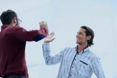 2 бизнесмена давая одину другого высокие 5 Стоковые Фото