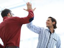 2 бизнесмена давая одину другого высокие 5 Стоковое Изображение