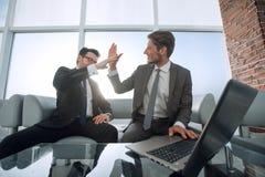 2 бизнесмена давая одину другого высокие 5 Стоковое Изображение RF