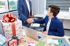 2 бизнесмена давая теплую встречу, доверие, сыгранность, согласование друг к другу владение домашнего ключа принципиальной схемы  Стоковые Изображения RF