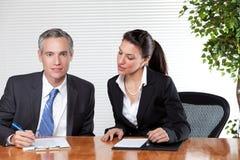 бизнесмена деятельность женщины совместно Стоковые Изображения RF