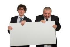 2 бизнесмена держа большой пустой знак Стоковые Фотографии RF