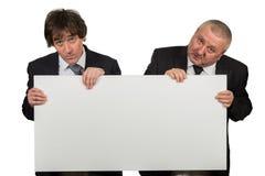 2 бизнесмена держа большой пустой знак Стоковое Изображение