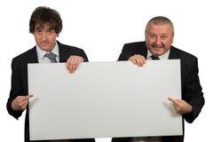 2 бизнесмена держа большой пустой знак Стоковые Фото