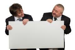 2 бизнесмена держа большой пустой знак Стоковое фото RF