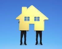 2 бизнесмена держа дом золота совместно Стоковое Изображение