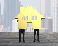 2 бизнесмена держа дом золота совместно Стоковое Изображение RF