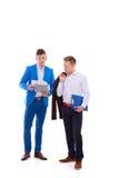 2 бизнесмена держа папку контракта изолированный на белизне Стоковое фото RF