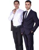 2 бизнесмена держа папку контракта изолированный на белой предпосылке Стоковые Фотографии RF