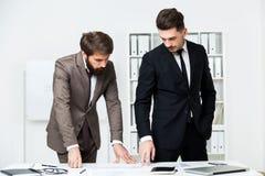 2 бизнесмена делая обработку документов Стоковое фото RF
