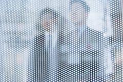 2 бизнесмена за стеклянной стеной смотря вне, непознаваемые стороны Стоковая Фотография