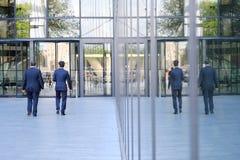 2 бизнесмена идут вдоль квадрата к деловому центру Стоковая Фотография