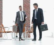 2 бизнесмена идя вперед в современное офисное здание Стоковое Изображение RF