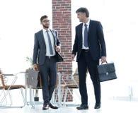 2 бизнесмена идя вперед в современное офисное здание Стоковое Изображение