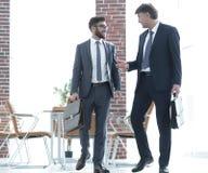 2 бизнесмена идя вперед в современное офисное здание Стоковое фото RF
