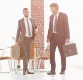 2 бизнесмена идя вперед в современное офисное здание Стоковые Фотографии RF