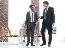 2 бизнесмена идя вперед в современное офисное здание Стоковая Фотография RF