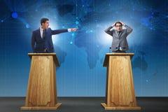 2 бизнесмена имея горячую дискуссию на обсуждение общественно важного вопроса группой специально отобранных людей Стоковое фото RF