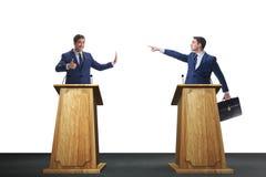 2 бизнесмена имея горячую дискуссию на обсуждение общественно важного вопроса группой специально отобранных людей Стоковое Изображение RF